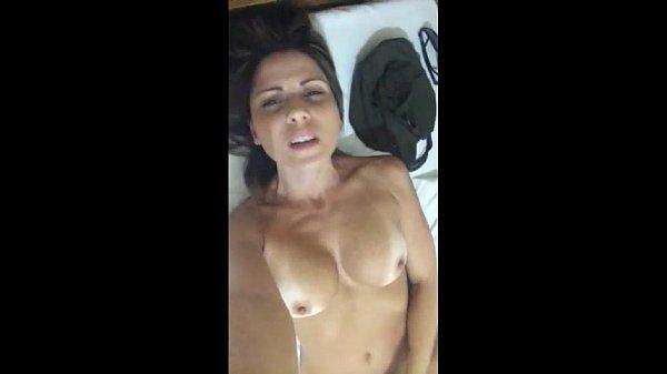 mamae gostosa mostrando os peitões e o rabo