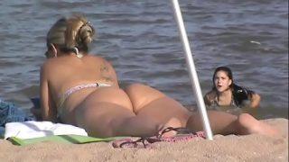أمي الساخنة جدا على الشاطئ