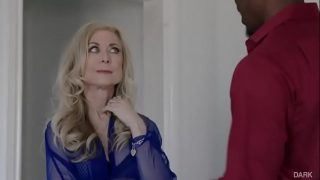 Foda interracial com Nina Hartley sentando na benga do negão