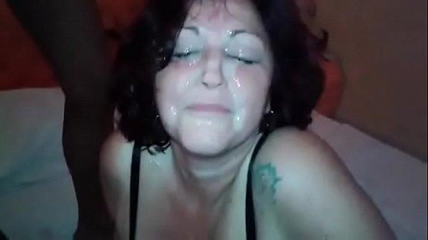Mujer vieja dando a dos negras. ¿Quién es ella?