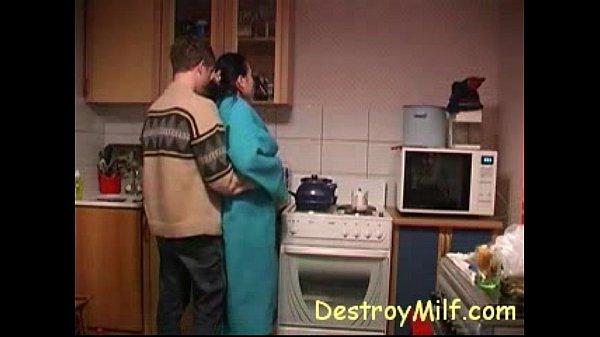 Garoto fode dona de casa com tesão na cozinha