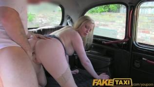 Loira britânica cougar dando buceta pro motorista de táxi de Londres