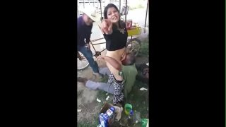 Velha safada dando buceta na boca dos mendigos