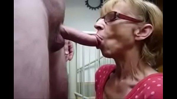 Vovó com fome de porra ordenhando neto