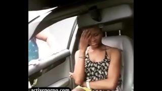 Mãe africana pegou a filha fazendo putaria com um cara dentro de um carro